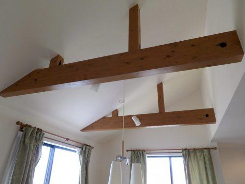 2階天井の剥き出しに仕上げた梁(内装)