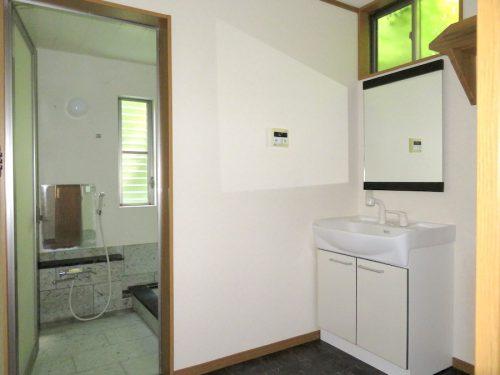 洗面脱衣所は、スペースを広く取り洗濯機を置くスペースもあります