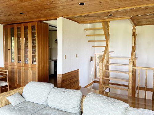 リビングからキッチンと階段を眺める(居間)