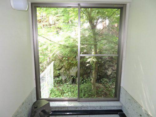 浴室の窓は大きく木々を眺めながら入れます(風呂)