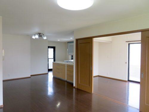 1階LDから5.5帖の洋室を見る(居間)