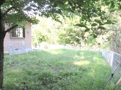 フェンスで囲まれた平坦な庭