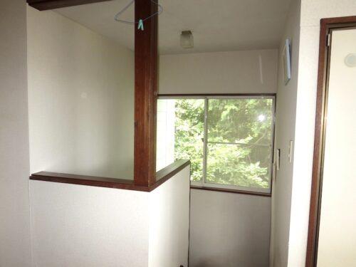 二階ホールから階段を望む