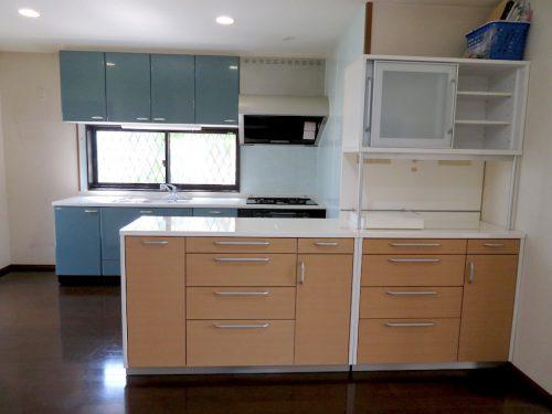 青い面材が綺麗な1階シズテムキッチン(キッチン)
