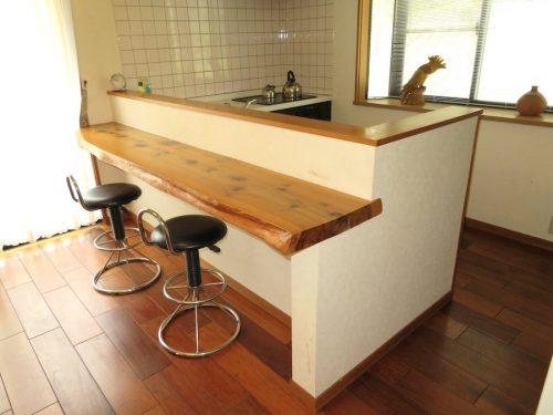 一枚板のカウンターが印象的なキッチン(キッチン)