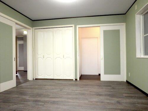 リビングの隣の洋室(収納充実)(内装)