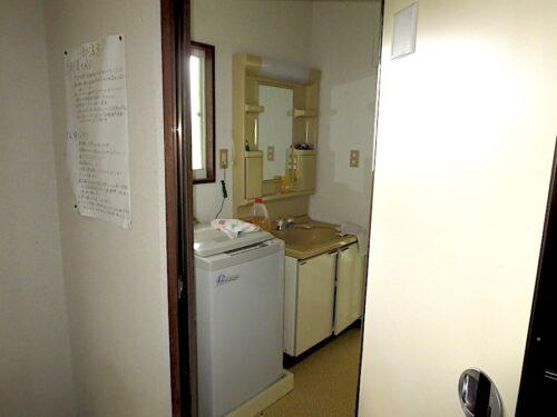 玄関入って左側洗面所入り口