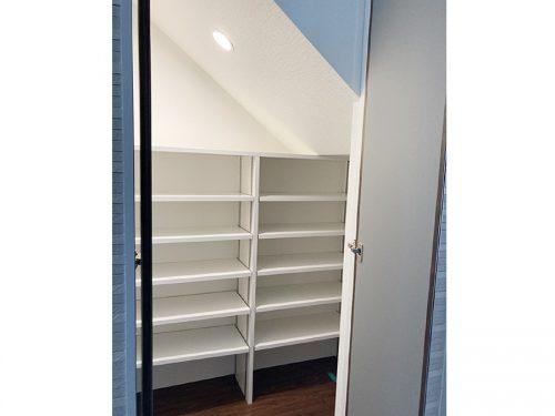階段下の収納、各部屋にも収納スペース充実(内装)