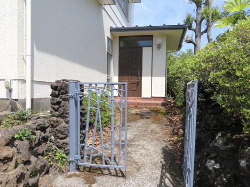 門から玄関へ(外観)